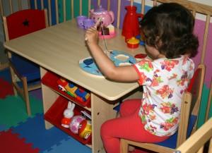 Spelen met de puzzel, ikenik, kindermeubels en educatief speelgoed