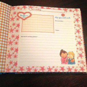 Mijn crèche- en oppasboek van Pauline Oud voorkant peueters kinderen dagindeling