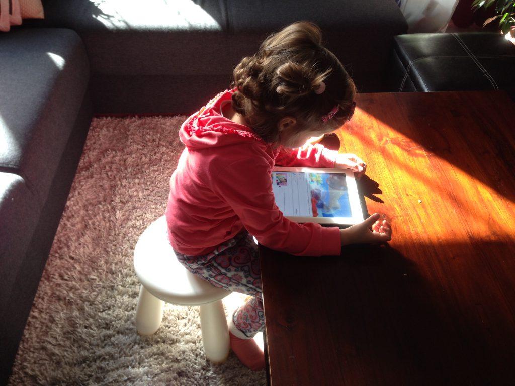 Lily met de iPad, spelen met smartphones en tablets