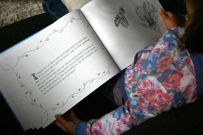 Voorlezen prentenboek Dikkie en de Honingbijen